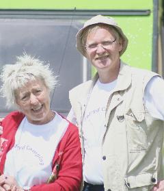 Bodil Jørgensen og Hans Jørgen Hansen gør klar til at gå på scenen.
